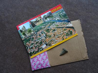 Zwei Postkarten liegen auf dem Boden.