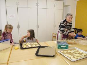 Kinder und Senioren backen Kuchen.