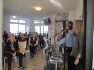 Musiker treten vor Senioren auf.
