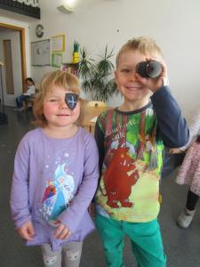 Ein Mädchen und ein Junge haben sich in der Kita als Piraten verkleidet.