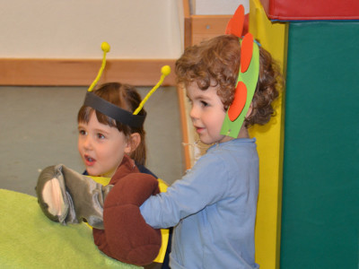 Kinder spielen Theater.