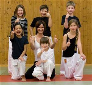 Gruppenfoto von Kindern bei einem Selbstverteidigungskurs.