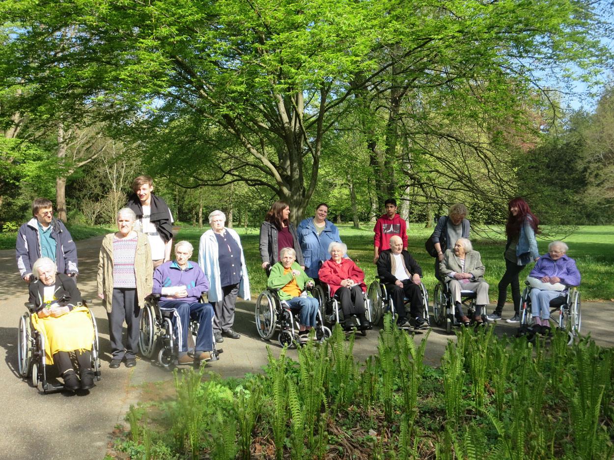 Karlsruher Schlosspark mit Blumen und Senioren.