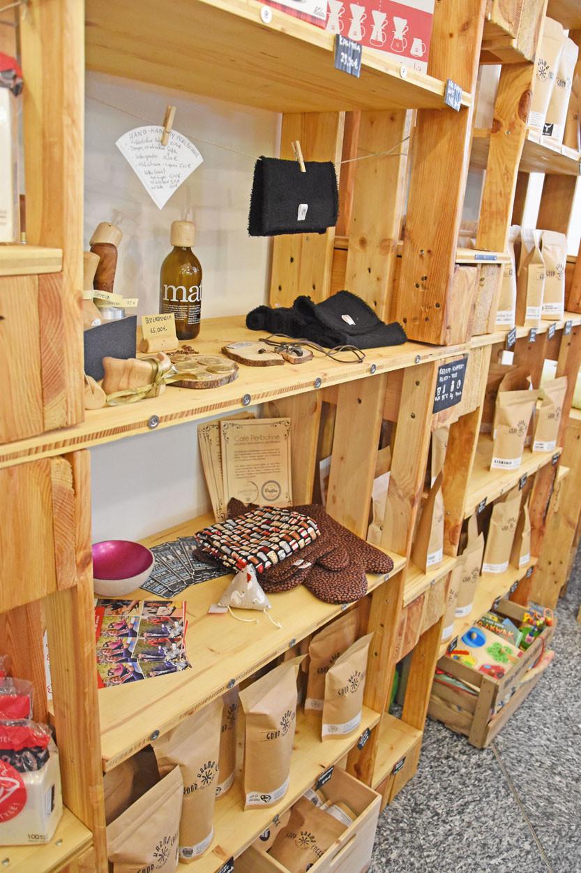 Ein Holzregal ist gefüllt mit Handgertigten Sachen.
