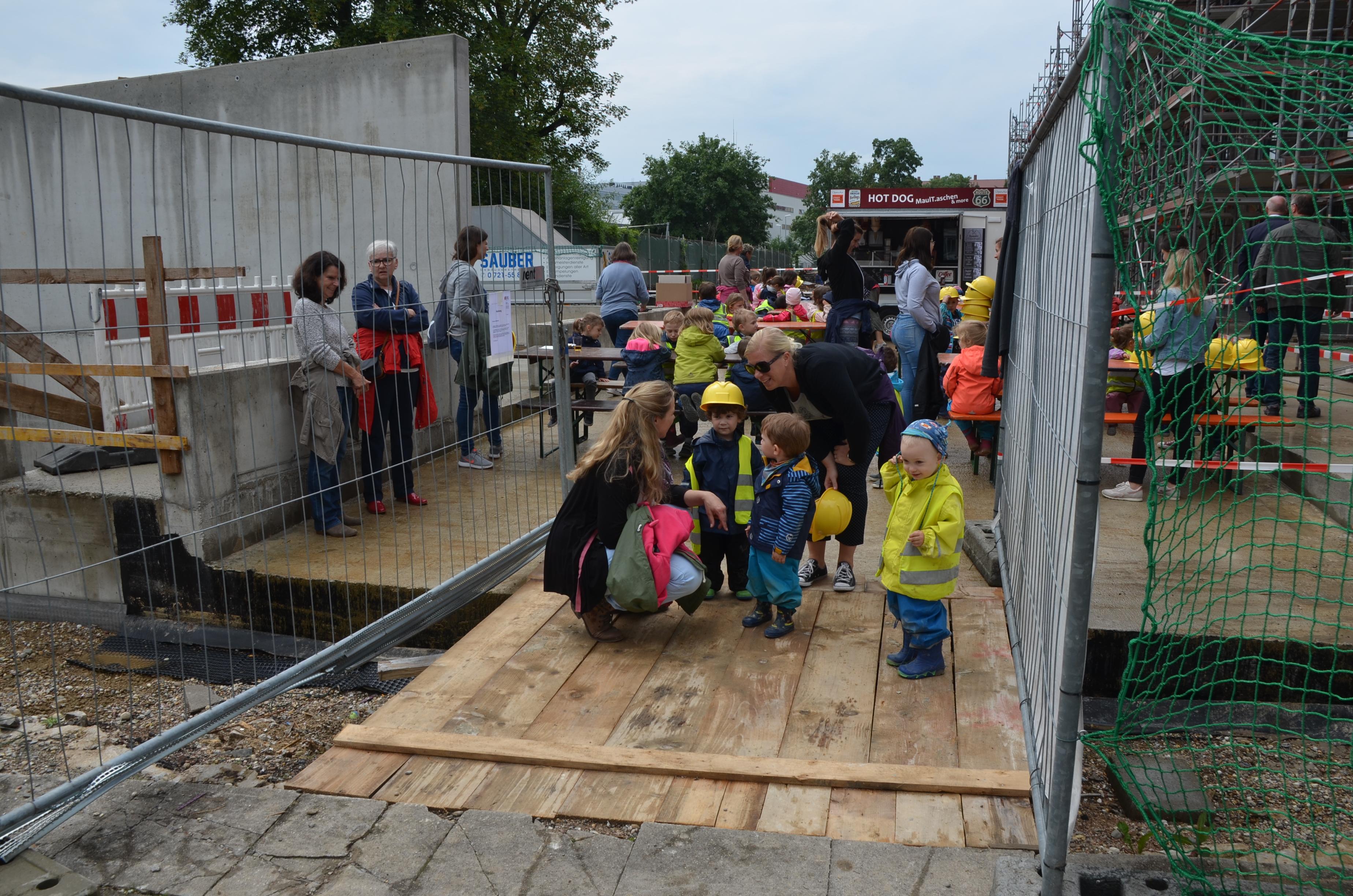 Kinder besichtigen eine Baustelle.