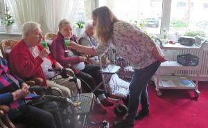 Seniorinnen trinken Maibowle.