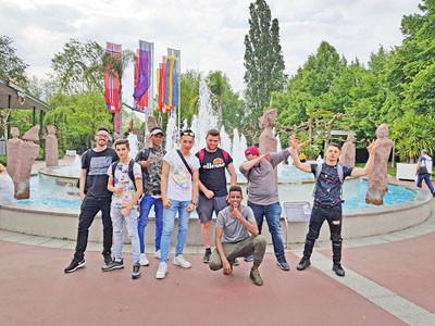 Gruppenfoto von jungen Männern im Europapark.