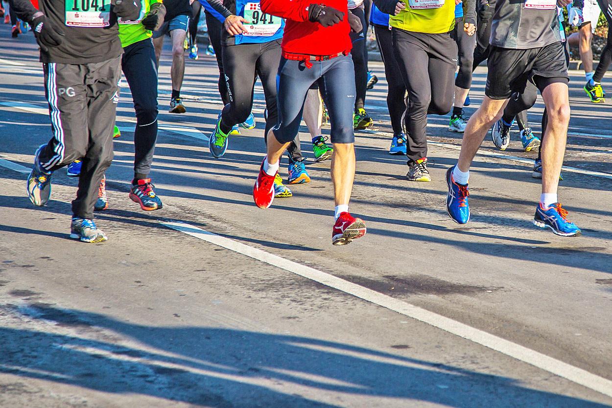 Menschenbeine, die laufen.