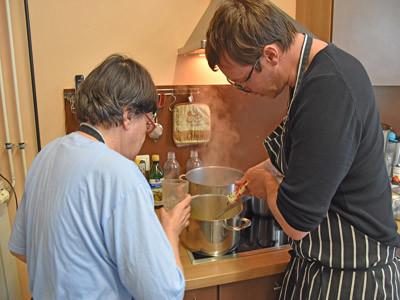 Eine Frau und ein Mann kochen zusammen.