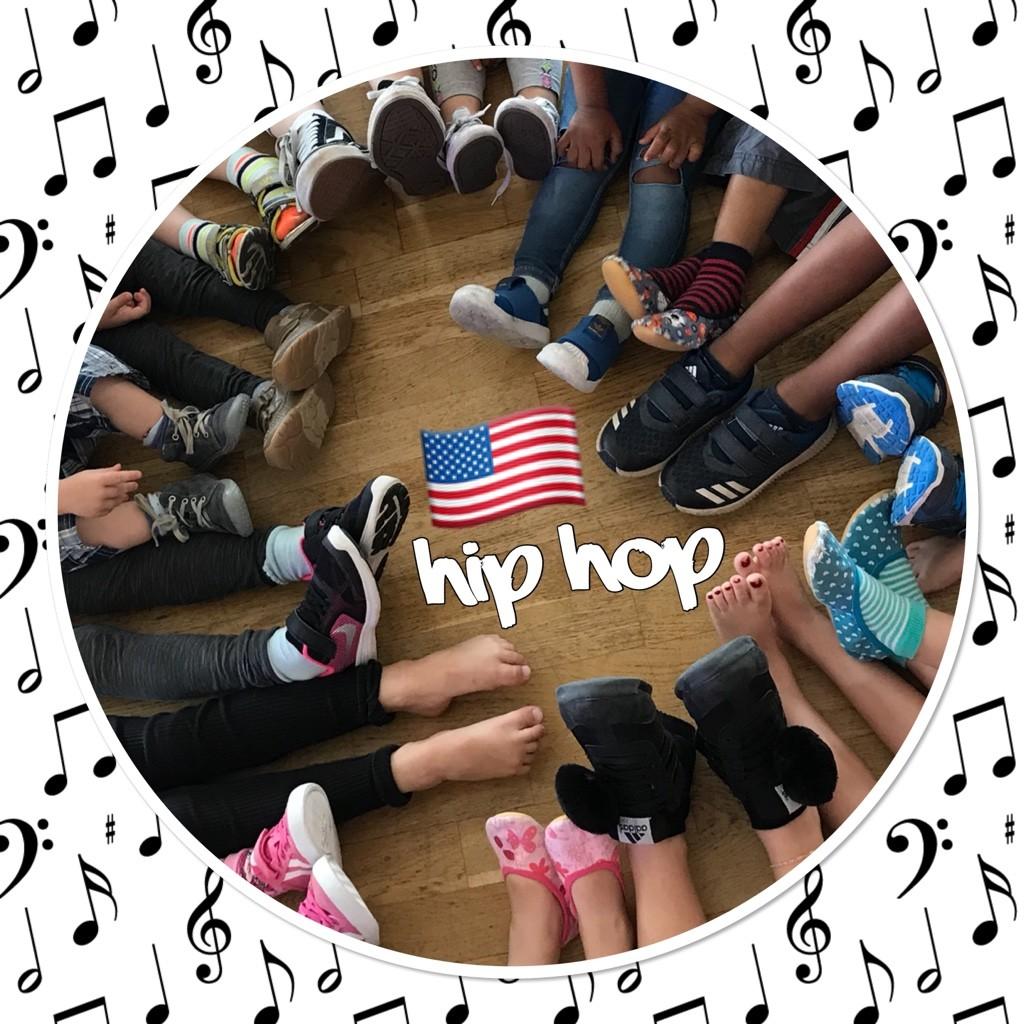 Viele Füße liegen in einem Kreis, dazu der Schriftzug HipHop und die amerikanische Flagge.