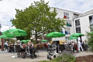 Das Seniorenzentrum Grünwinkel und sein begrünter Vorhof.