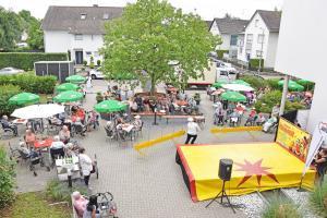 Der Zirkus Frankordi trat beim zehnjährigen Bestehen das Seniorenzentrums Grünwinkel auf.