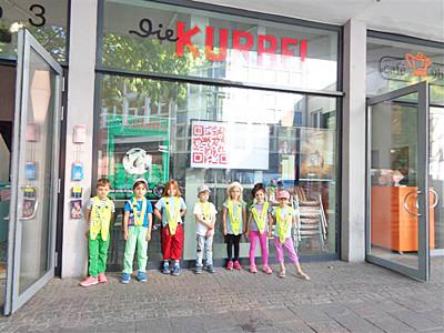 Kinder stehen vor dem Karlsruhre Kino Die Kurbel.