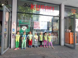 Kinder stehen vor dem Kino Kurbel.