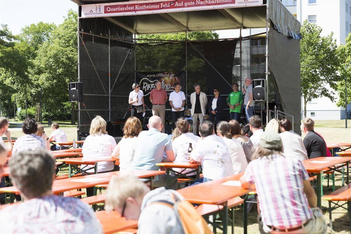 Sechs Menschen stehen auf einer Bühne.