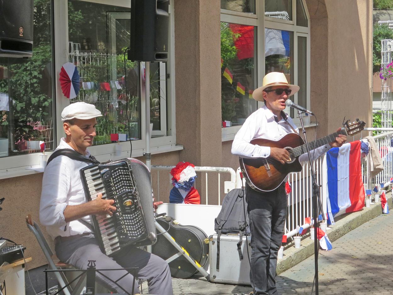 Zwei Männer stehen im Seniorenzentrum Stephanienstift und machen Musik.