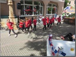 Kinder stehen in einer Reihe und tanzen beim Sommerfest im Seniorenzentrum Stephanienstift.