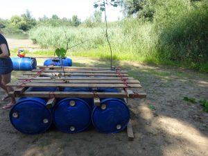 Ein Floß wird aus Holzlatten gebaut.