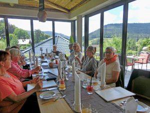 Ältere Menschen sitzen an einem Tisch.