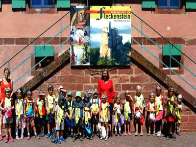 Kinder aus Karlsruher AWO stehen vor der Burg Fleckenstein im Elsass.