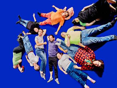 Menschen liegen auf einem blauen Boden.