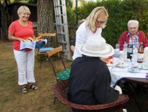 Ein paar Menschen sitzen an einem Tisch und essen Kuchen.