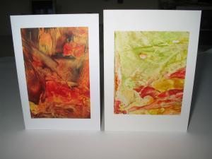 Zwei Karten mit selbst gemalten Bildern.