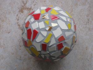 Eine Kugel mit Mosaik-Steinchen.