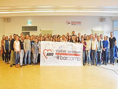 Gruppenfoto mit Plakat: Vielfalt erleben Vernetzungstag 2019 barcamp