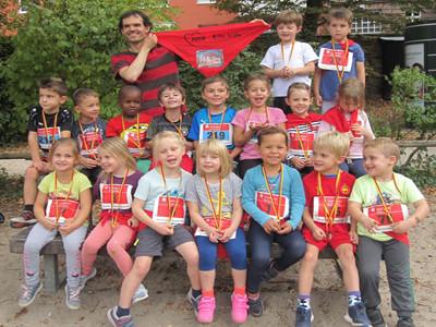 Eine Gruppe von Kindern sitzt mit Laufnummern zusammen.