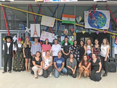 Ein Gruppe von Menschen, die verkleidet ist posiert zusammen.