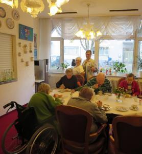 Senior*innen essen zusammen Kuchen.