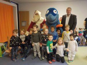 Kinder stehen zusammen mit dem Nikolaus und einem Hai vor der Kamera.