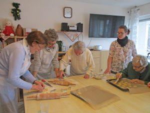 Vier Frauen stehen an einem Tisch und basteln.