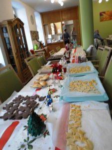 Ein Tisch auf dem viele verschiedene Sorten Kekse stehen.