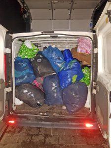 Ein Transporter ist gefüllt mit Müllsäcken.