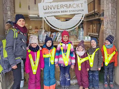 Kinder stehen vor dem Unverpackt-Laden in Karlsruhe.