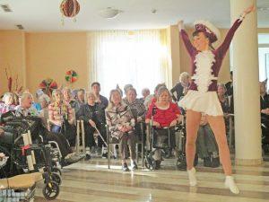 Tanzmariechen und Senioren feiern zusammen.