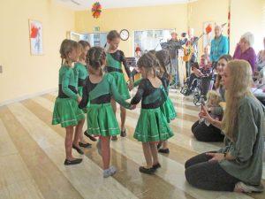 Kinder der Tanzformation Eulenküken haben einen Auftritt im Seniorenzentrum Hanne-Landgraf-Haus.