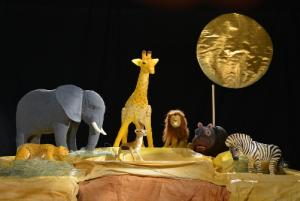 Bühnen mit kleinen Tieren u.a. eine Giraff, ein Elefant und ein Löwe