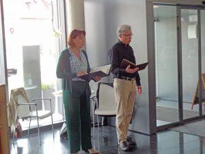 Eine Frau und ein Mann stehen nebeneinander und singen.