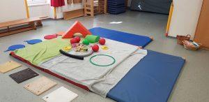 Sportmatte mit Spielzeug.