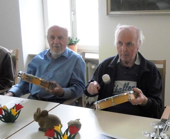 Senioren musizieren.