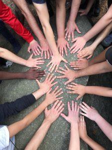 Ganz viele Hände bilden einen Kreis.