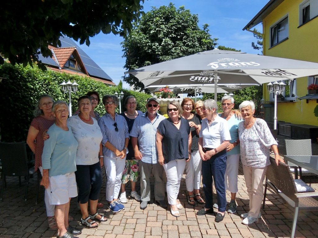 Gruppenbild der Ehrenamtlichen im Außenbereich eines Café