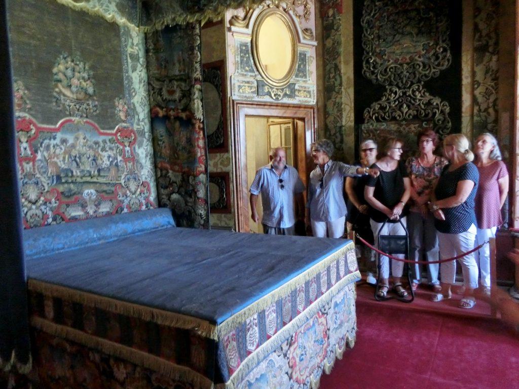 Gruppe der Ehrenamtler bei der Führung durch das Schloss Favorit