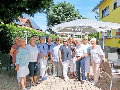 Gruppenfoto von Senioren im Freien