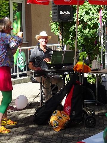 Musiker sitzt am Keyboard im Garten des Stephanienstifts