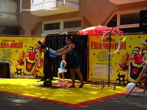 Auftritt der Akrobarten des Zirkus im Seniorenzentrum Stephanienstift