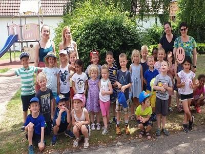 Gruppe der Kindergartenkinder und die Erzieherinnen